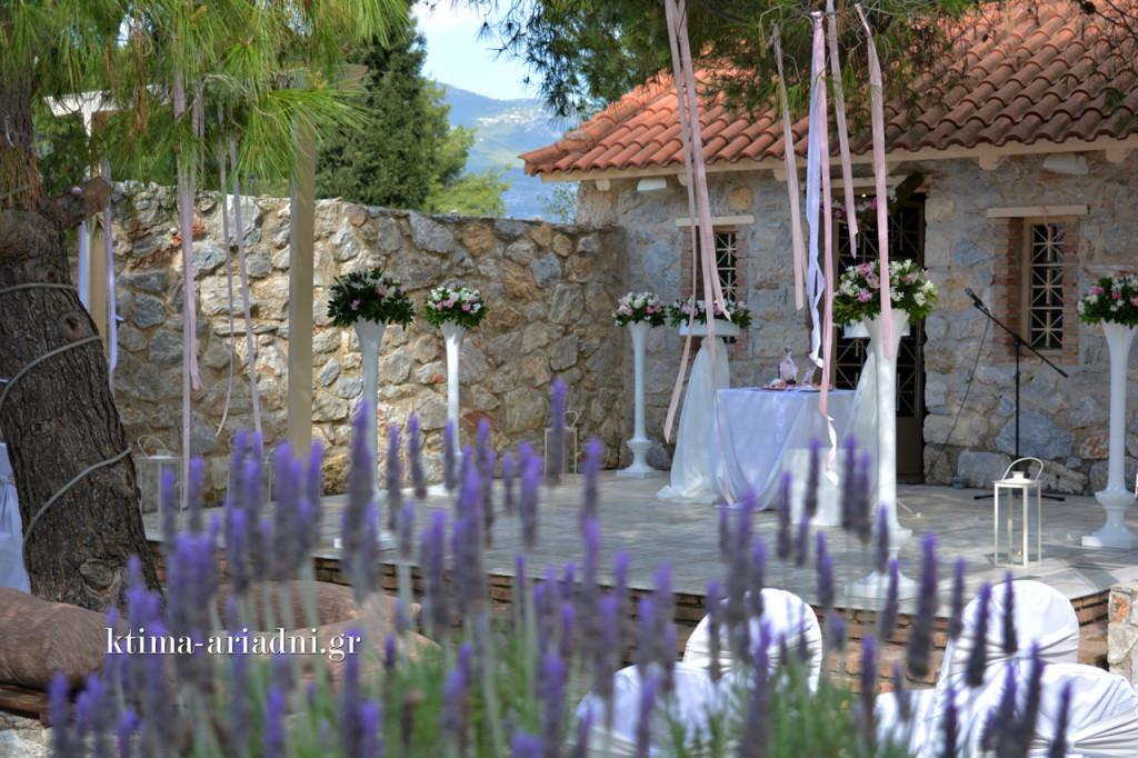 Το εκκλησάκι του κτήματος στολίστηκε ρομαντικά για τον γάμο, με όμορφες ανθοσυνθέσεις, κεριά και κορδέλες. Στον φυσικό στολισμό του χώρου συγκαταλέγονται οι ανθισμένες λεβάντες μας