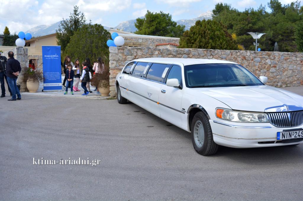 Με λευκή λιμουζίνα έφτασε η Σπυριδούλα στο κτήμα για τον γάμο στον οποίο θα ήταν κουμπάρα