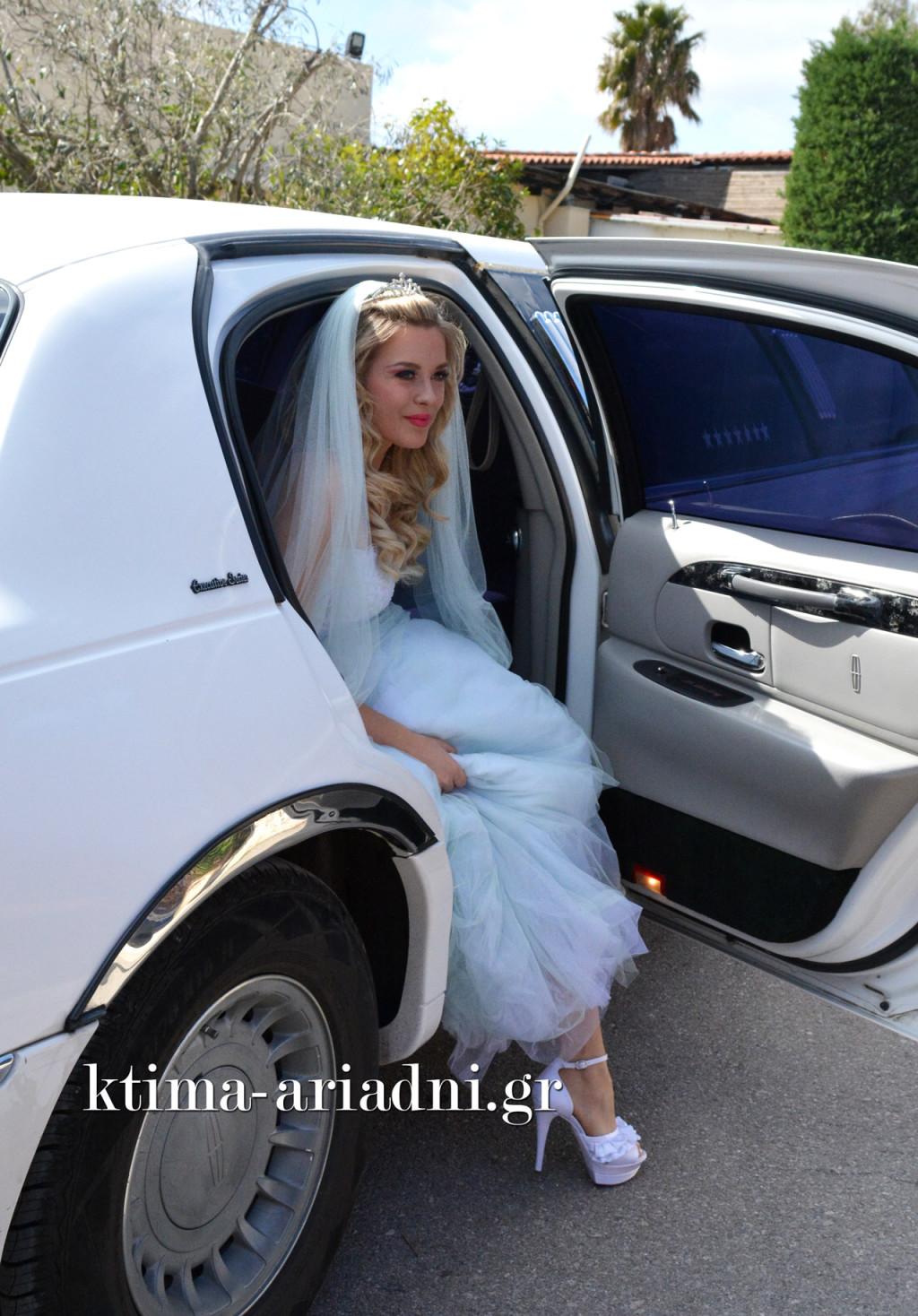 Η νύφη ετοιμάστηκε στην σουίτα του κτήματος, αλλά αυτό δεν σημαίνει πως δεν θα κάνει εντυπωσιακή είσοδο! Ορίστε λοιπόν η άφιξή της με τη λευκή, πολυτελή λιμουζίνα