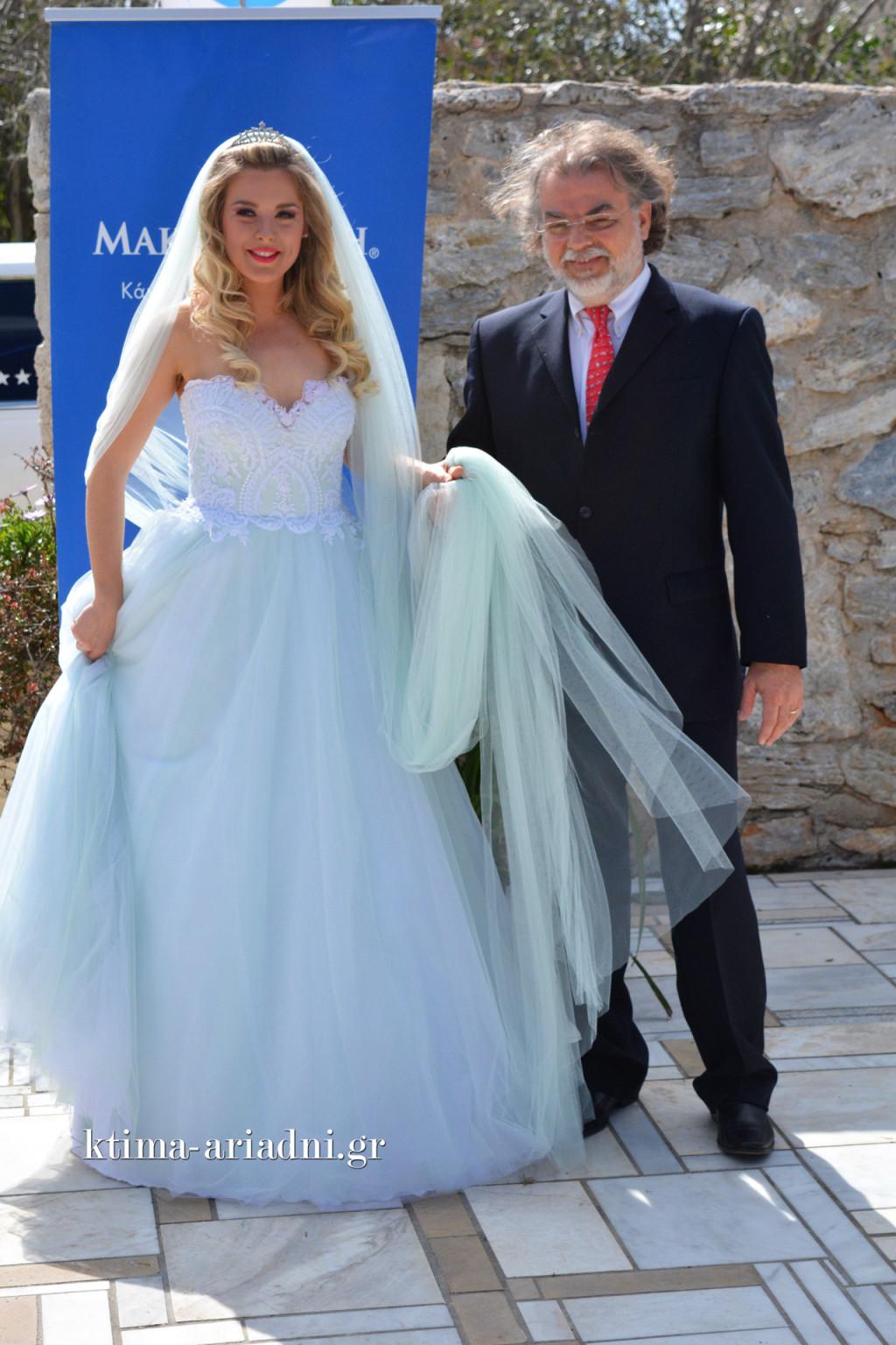 Ο γιατρός του οργανισμού Make a Wish κος Παπαδάκης συνοδεύει την νύφη Barbie