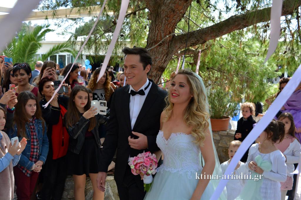 Ο γαμπρός και η νύφη οδεύουν προς την εκκλησία και οι φωτογραφικές μηχανές, τα κινητά τηλέφωνα και τα tablets έχουν πάρει φωτιά
