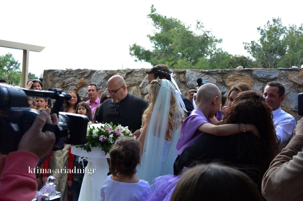 Στιγμιότυπα από τον γάμο της Barbie και του Ken με τη Σπυριδούλα στον ρόλο της κουμπάρας, κατά τη διάρκεια του χορού του Ησαΐα