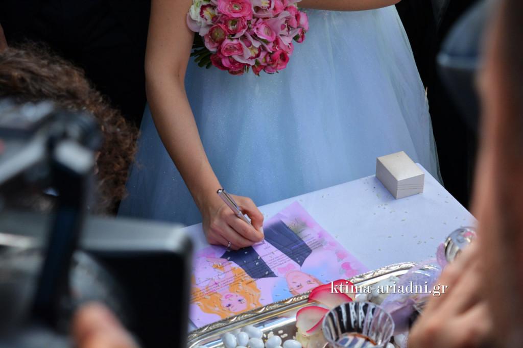 Η στιγμή που η νύφη υπογράφει τα χαρτιά μετά τον γάμο