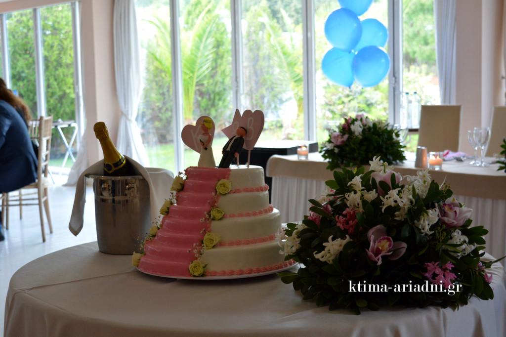 Δεν θα μπορούσε να υπάρξει πιο ταιριαστή γαμήλια τούρτα για ένα ζευγάρι όπως αυτό που πάντρεψε η Σπυριδούλα
