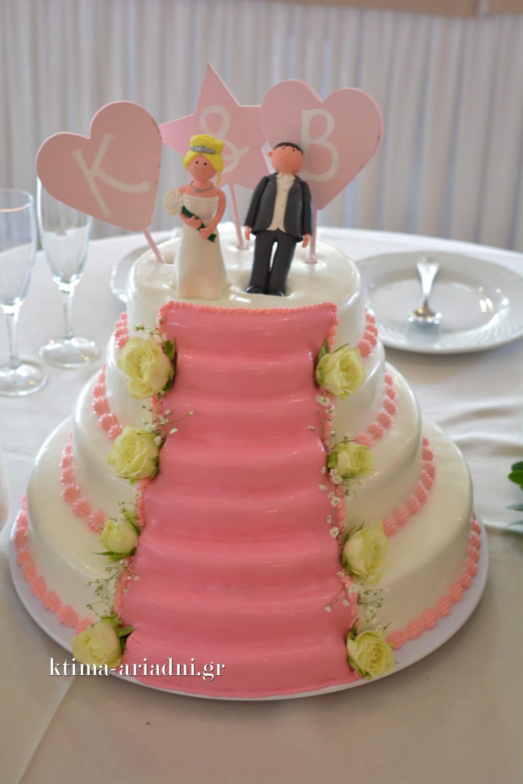 Η τούρτα γάμου και στη κορυφή η Μπάρμπι και ο Κεν. Μετά από λίγα λεπτά, έκαναν και την είσοδό τους στην αίθουσα