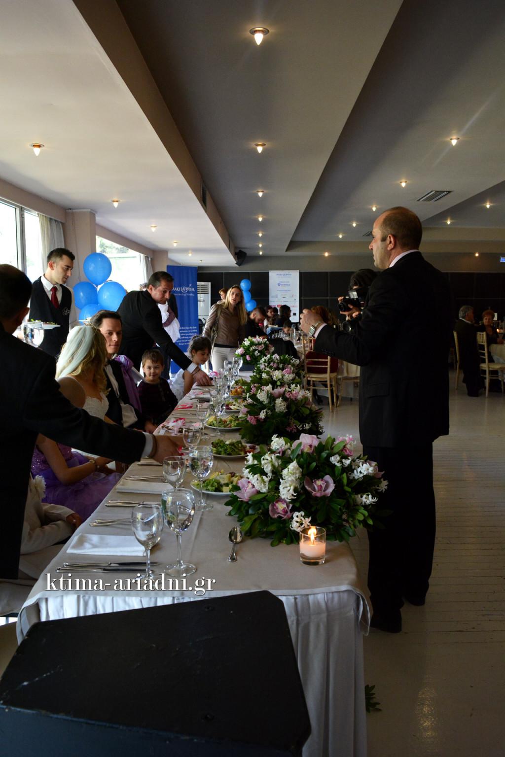 Η ώρα του σερβιρίσματος στο νυφικό τραπέζι. Η κουμπάρα Σπυριδούλα κάθεται ευτυχισμένη δίπλα στην νύφη Μπάρμπι