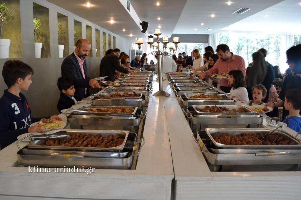 Οι καλεσμένοι σερβίρονται από τον μπουφέ, που είναι γεμάτος με πλούσιες γεύσεις