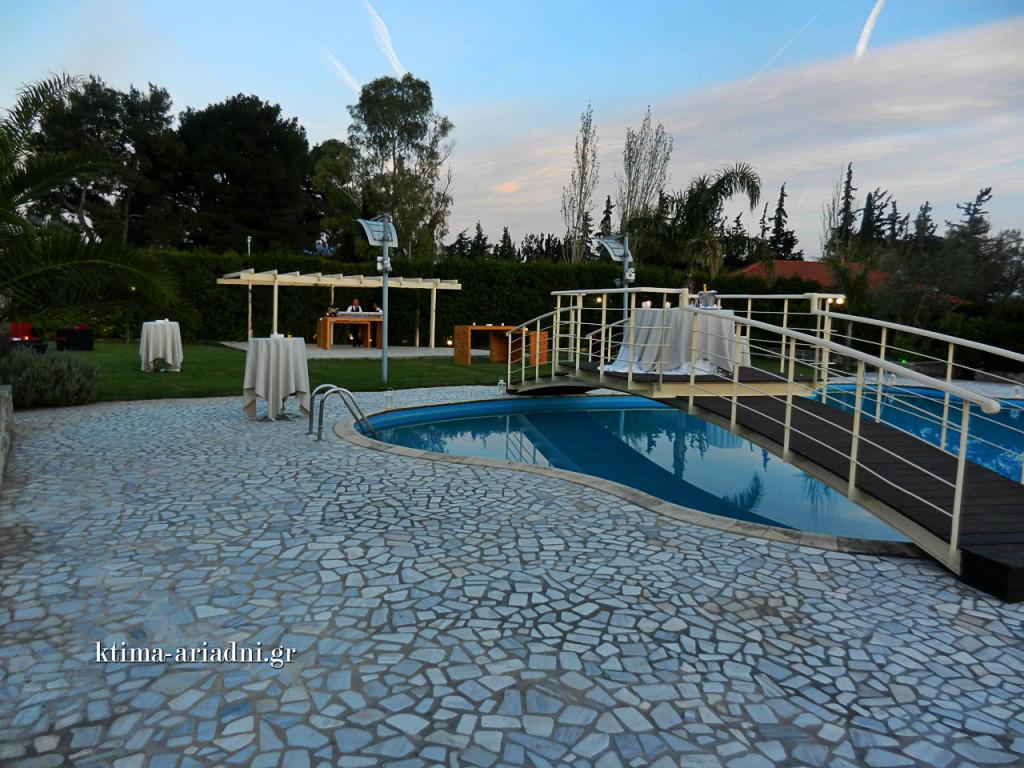 Άποψη του εξωτερικού χώρου γύρω από την πισίνα, λίγο πριν φθάσουν οι καλεσμένοι