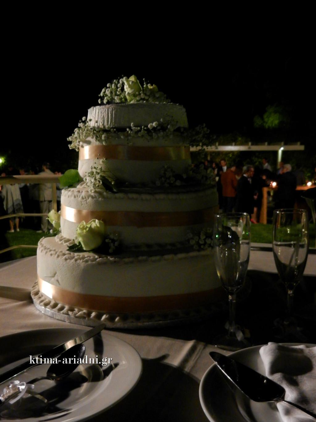 Η γαμήλια τούρτα πάνω στο γεφυράκι, λίγο πριν μεταφερθεί στην αίθουσα, όπου έγινε τελικά η είσοδος του ζευγαριού