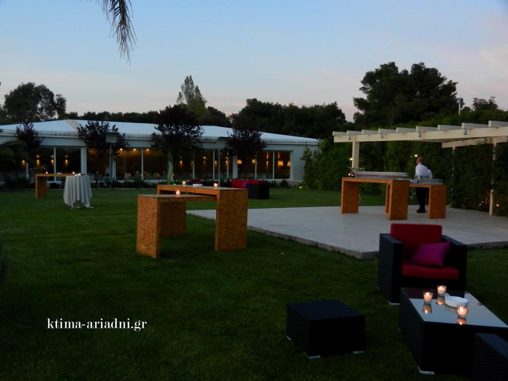 Στον κήπο του κτήματος το σκηνικό είναι lounge