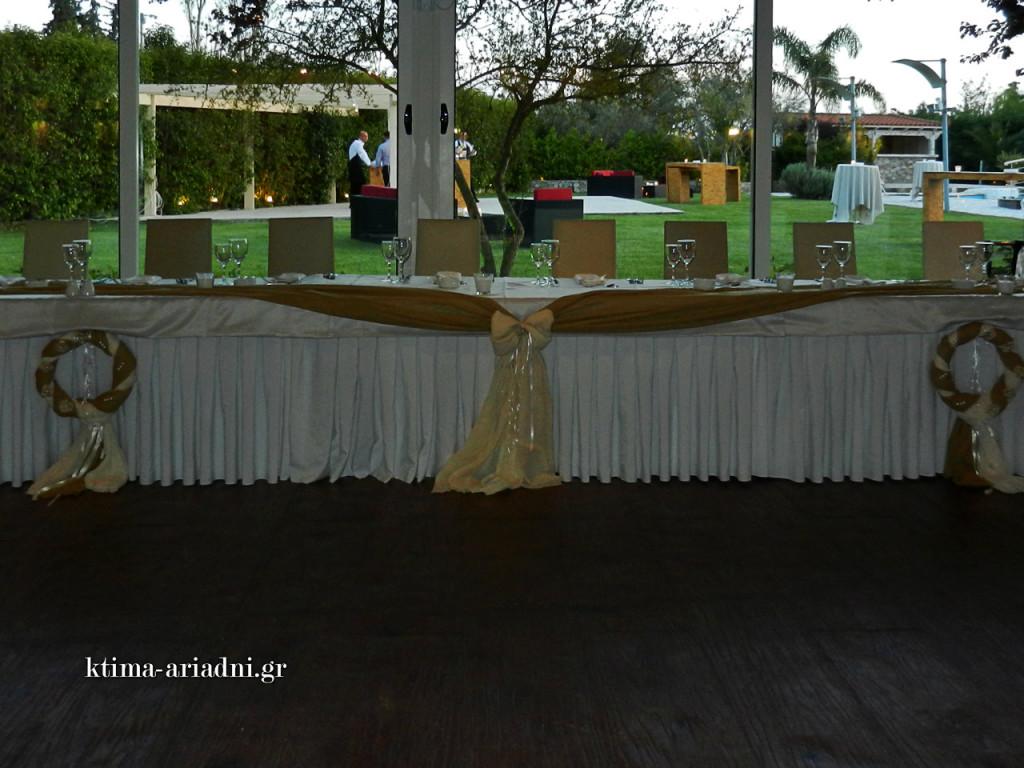 Το γαμήλιο τραπέζι για τους νιόπαντρους, τους κουμπάρους και τους γονείς έχει τοποθετηθεί στην πλευρά των παραθύρων που βλέπουν στον κήπο