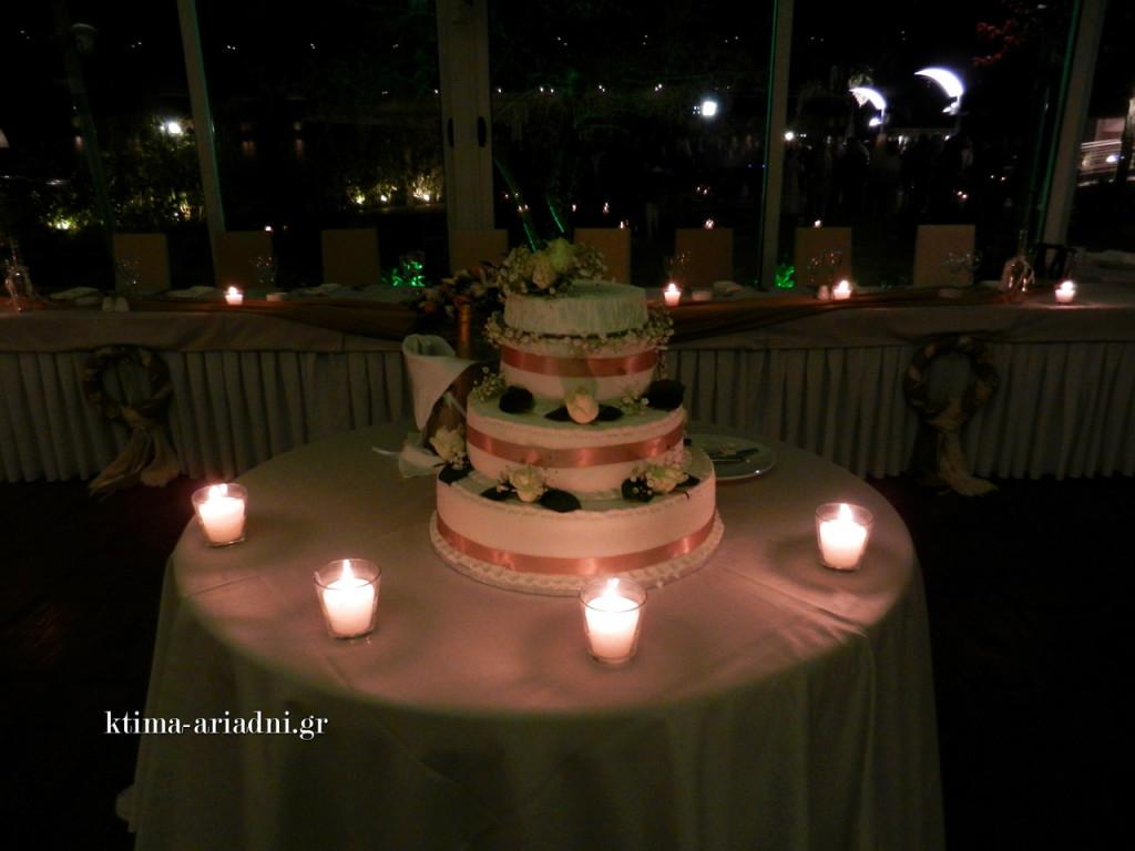 Η τούρτα γάμου στολισμένη με αληθινά άνθη