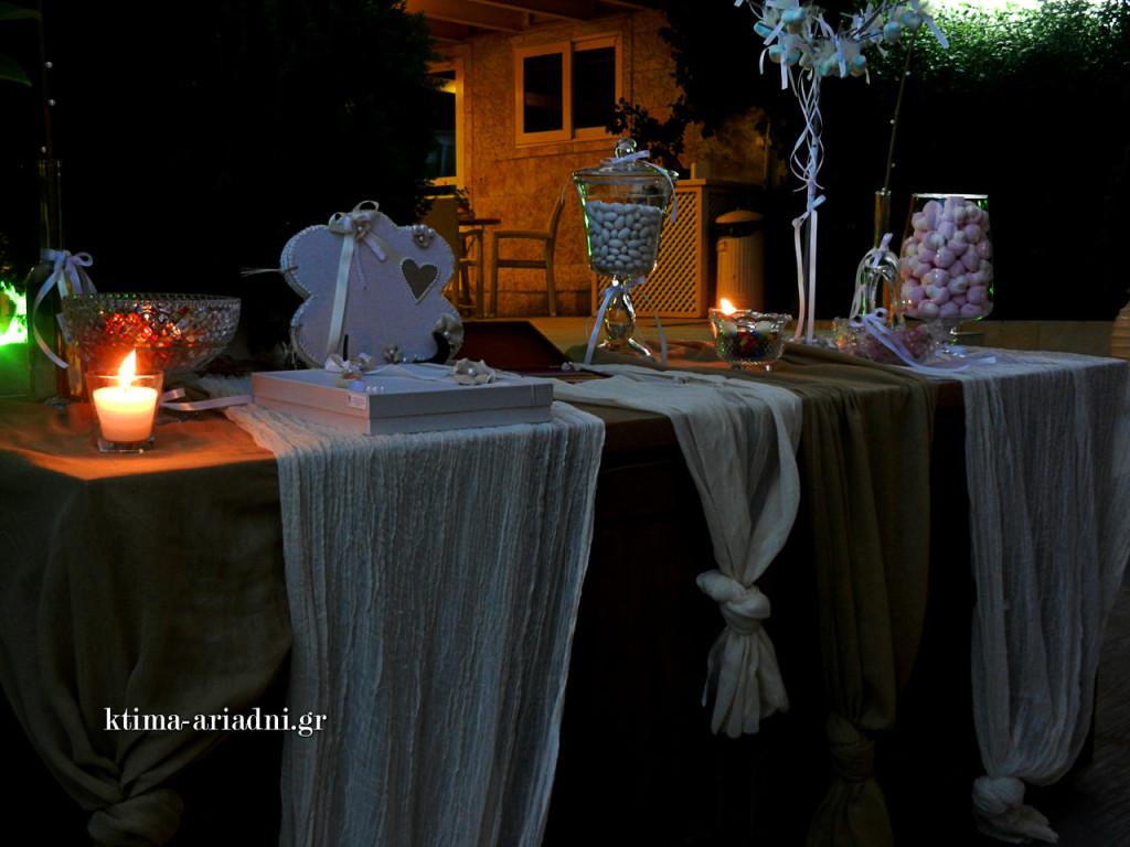 """Υφάσματα σε γήινους τόνους και vintage γλυκέρες συμπλήρωσαν το ύφος στο """"τραπέζι ευχών"""""""