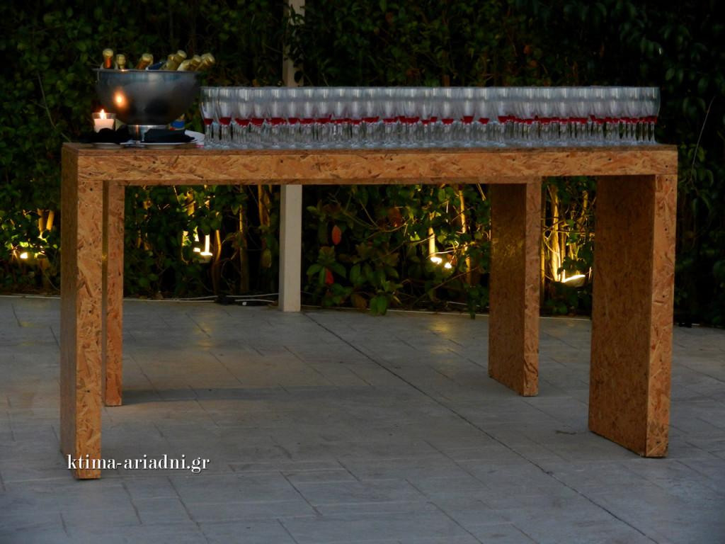 Σε λίγη ώρα θα σερβίρονται οι καλεσμένοι τα ποτά καλωσορίσματος