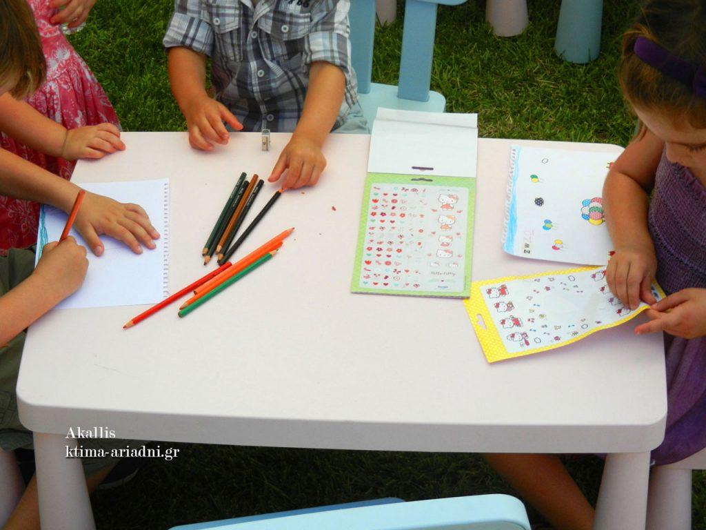 Πριν ξεκινήσει το φαγητό στη δεξίωση, οι δραστηριότητες έχουν άκρως καλλιτεχνικό προσανατολισμό και απασχολούν δημιουργικά τα παιδάκια