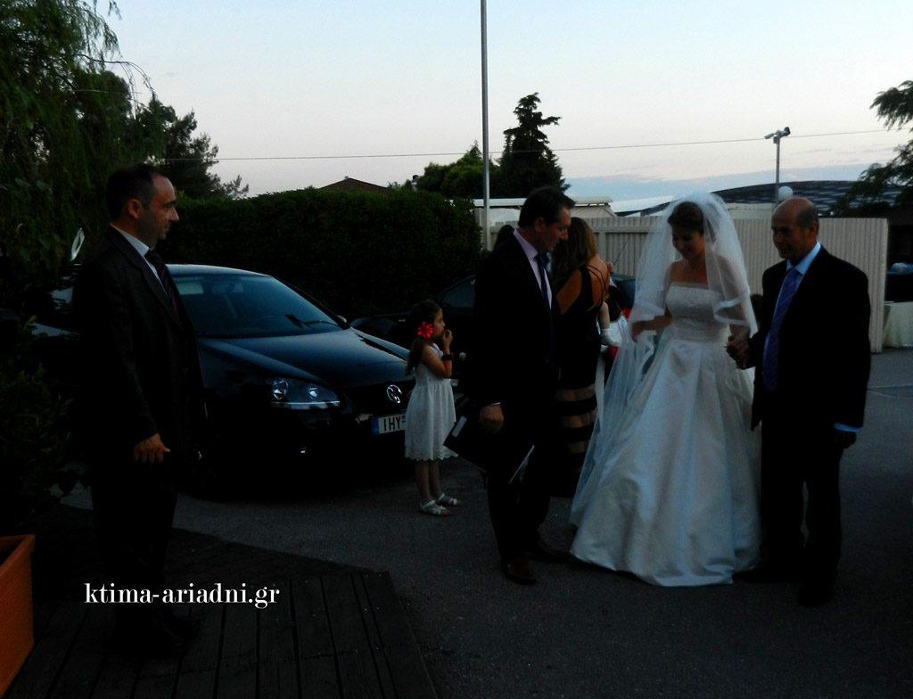 Δίπλα στη νύφη βρίσκονται από την πρώτη στιγμή οι Μετρ μας για να την υποδεχτούν και να τη συμβουλέψουν να ζήσει τον γάμο της χωρίς κανένα άγχος. Όλα τα άλλα βρίσκονται σε καλά χέρια... στα δικά μας!