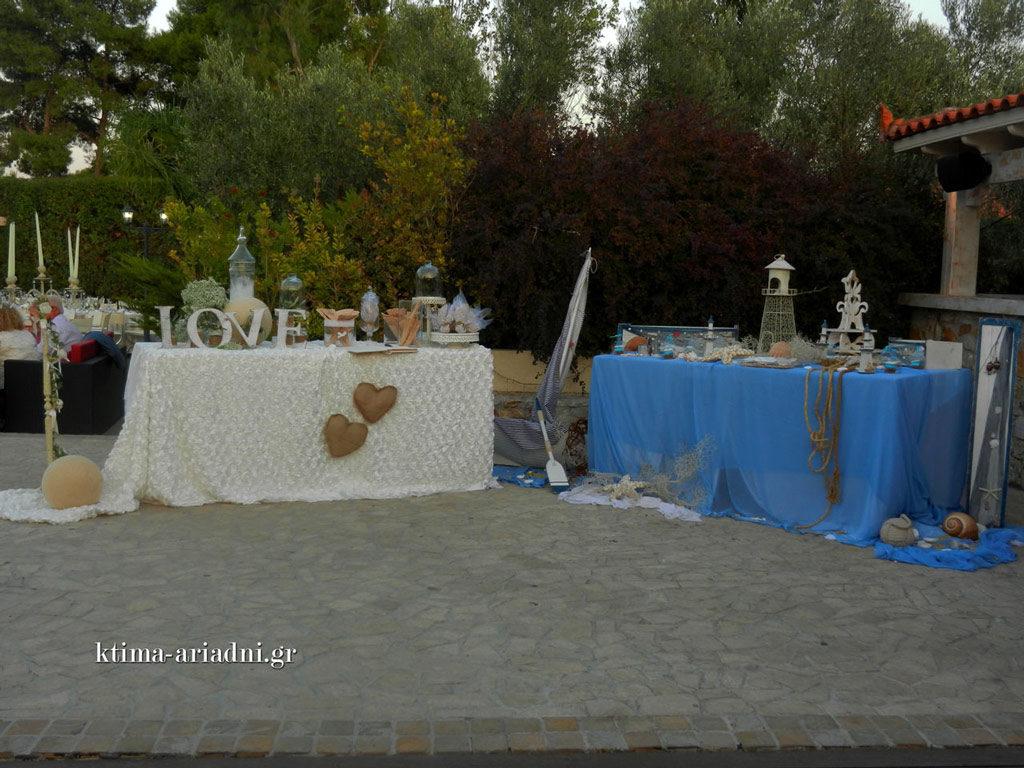 Δύο τραπέζια ευχών, ένα για τον γάμο κι ένα για τη βάπτιση, το καθένα με το δικό του στυλ, αλλά και τα δυο μαζί σε απόλυτη αρμονία
