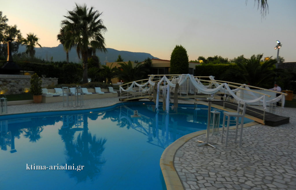 Η πισίνα και το διακοσμημένο γεφυράκι λίγο πριν δύσει εντελώς ο ήλιος και δώσει τη σειρά του στο φεγγάρι...