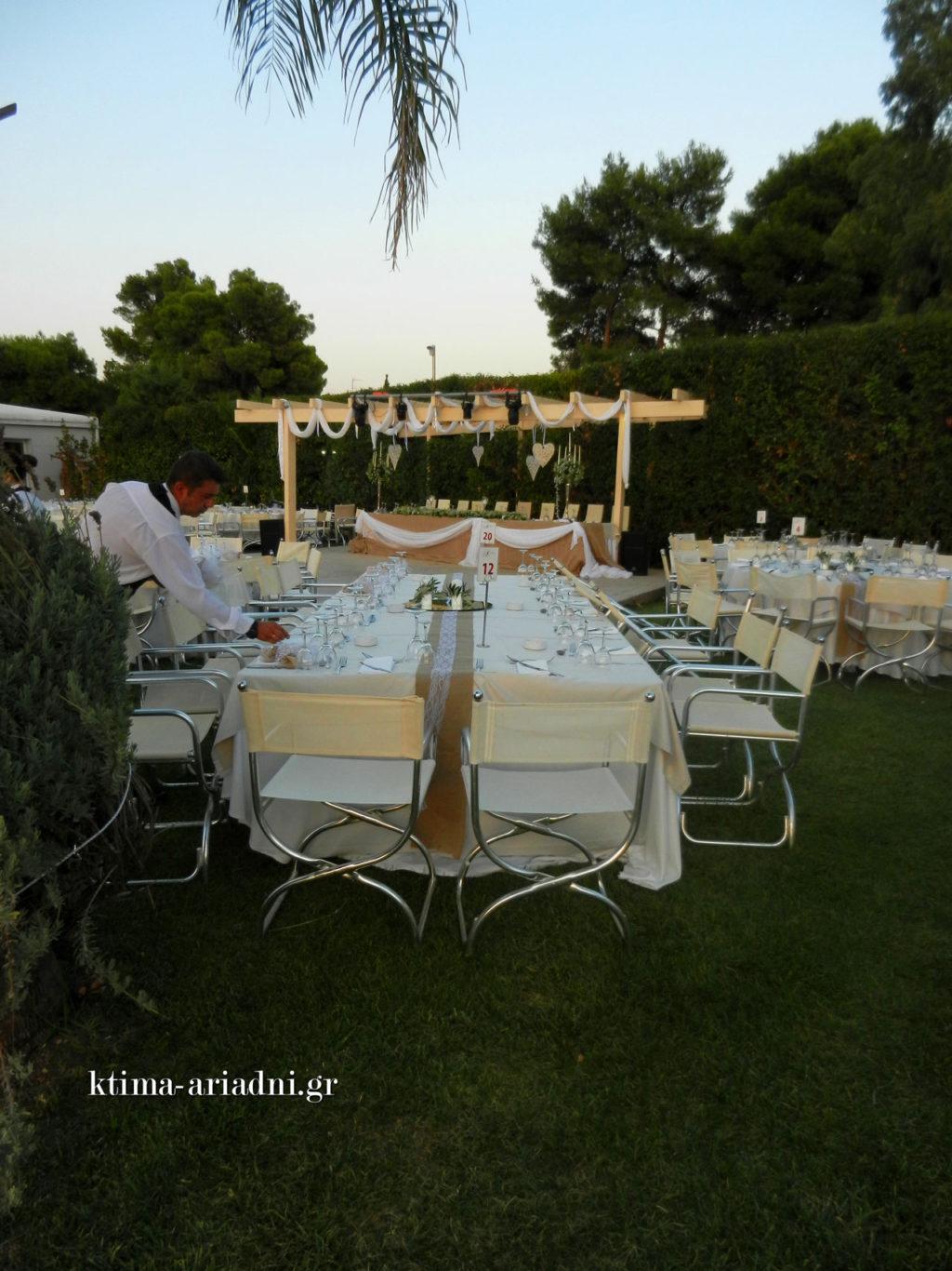 Μετά από τα ποτήρια, τα μαχαιροπίρουνα, τις πετσέτες και τα άλλα αντικείμενα που τοποθετούνται στο τραπέζι, έρχεται και η σειρά των μπομπονιέρων