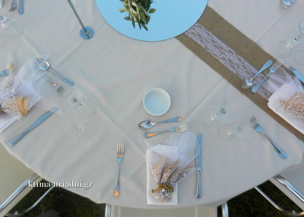 Το προσωπικό του κτήματος Αριάδνη επιμελήθηκε όλα τα τραπέζια και φρόντισε να στρωθούν σωστά, ακολουθώντας όλους τους κανόνες που διέπουν αυτή τη δραστηριότητα