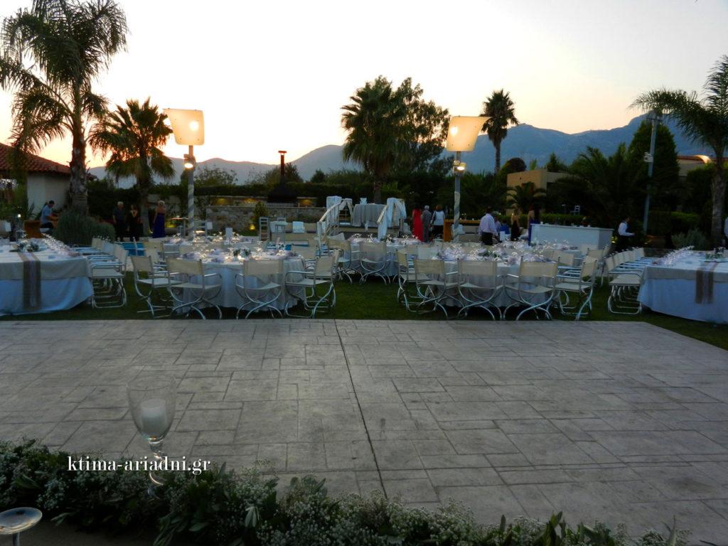 Κοιτάζοντας τον χώρο από τη θέση της νύφης και του γαμπρού στο νυφικό τραπέζι