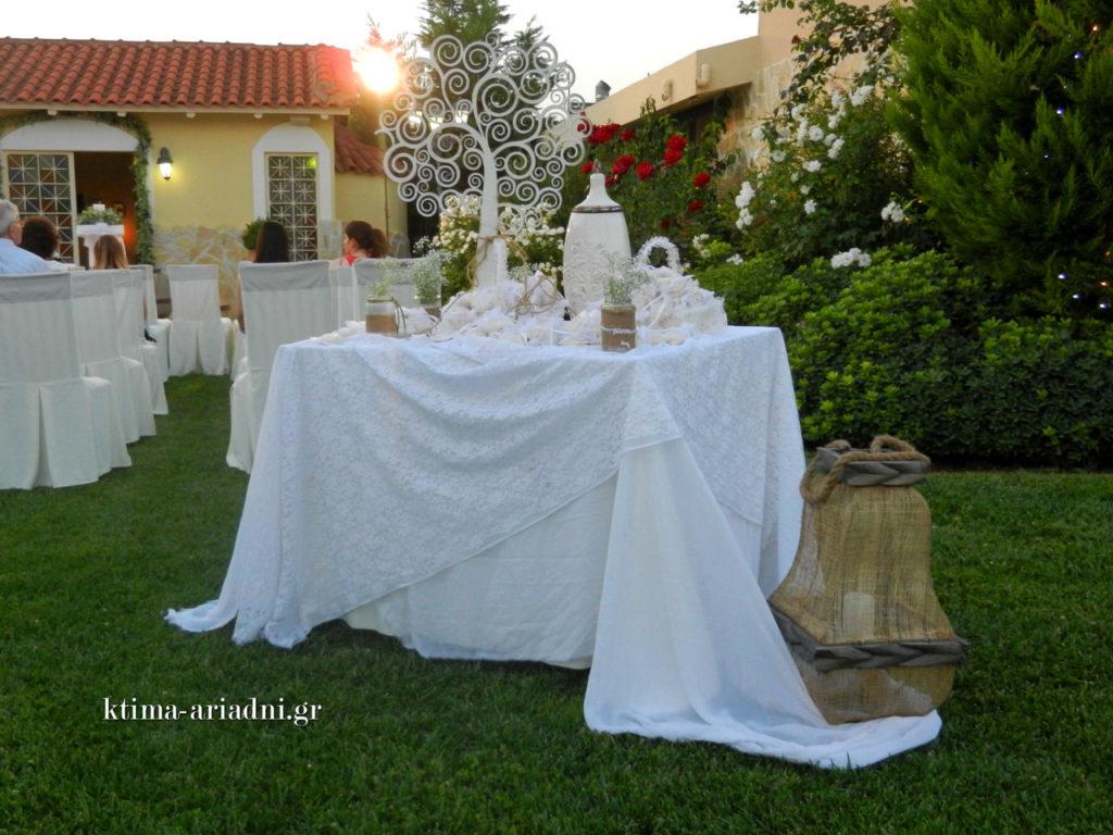 Η Ελίνα και ο Δημήτρης θέλησαν να διακοσμήσουν ένα τραπέζι κοντά στην εκκλησία, στο οποίο οι καλεσμένοι μπορούσαν να προμηθευτούν πουγκάκια με ρύζι για τον χορό του Ησαΐα. Πολύ ωραία η ιδέα, πολύ όμορφη και η υλοποίηση