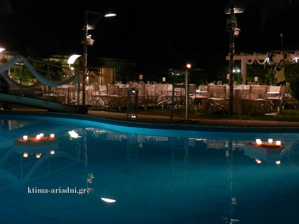 Ρομαντική ατμόσφαιρα πλάι στην πισίνα