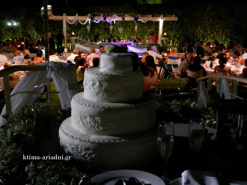 Η γαμήλια τούρτα κόπηκε από τους νεόνυμφους πάνω στο γεφυράκι της πισίνας. Λευκή εξωτερικά και σοκολατένια στο εσωτερικό της.