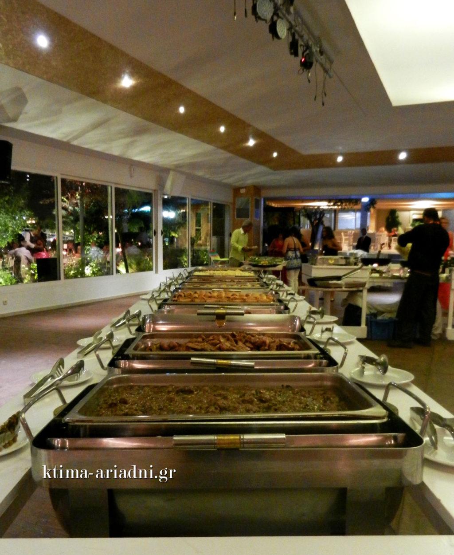 Οι μπουφέδες με τις πλούσιες γεύσεις είναι μέσα στην αίθουσα του χώρου και οι καλεσμένοι σερβίρονται άνετα και γρήγορα