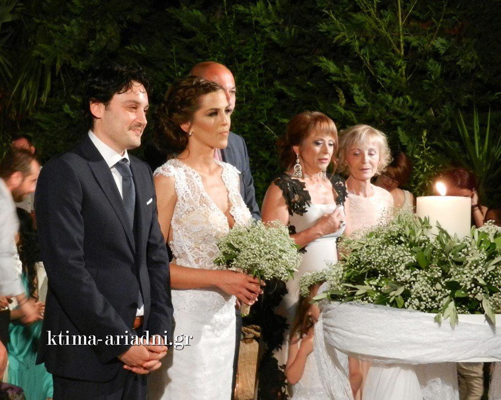 Στιγμιότυπο από το μυστήριο του γάμου στο εκκλησάκι του Αγ. Γεωργίου στο κτήμα Αριάδνη