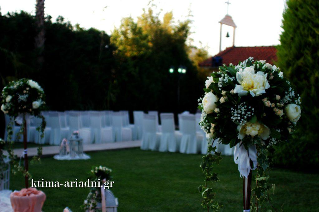 Τα καθίσματα για τους καλεσμένους έξω από την εκκλησία ντύθηκαν με λευκά καλύμματα