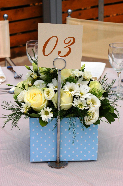 Μπλε και λευκό σε πουά σχέδιο ήταν το κουτί με τα λουλούδια στα άλλα μισά τραπέζια για το φοβερό μας αγοράκι. Centerpieces γεμάτα ζωντάνια!