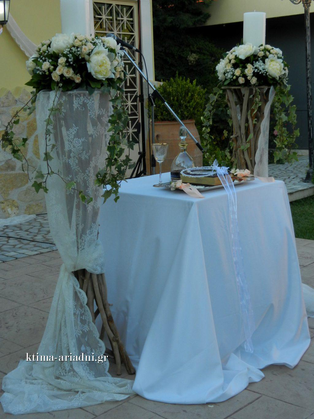 Οι λαμπάδες γάμου στολίστηκαν σύμφωνα με το concept του στολισμού της εκκλησίας. Φροντίζουμε πάντα να τοποθετούμε με προσοχή στο τραπέζι όλα τα απαραίτητα για το μυστήριο, όπως το κρασί στο μπουκάλι και τον δίσκο με τα στέφανα γάμου.