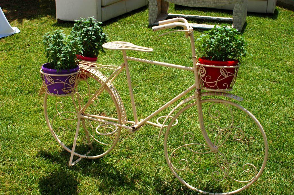 Το μεταλλικό ποδήλατο στο κτήμα Ακαλλίς στολίζεται κάθε φορά με τρόπο που να ταιριάζει στην εκάστοτε εκδήλωση. Στην βάπτιση των διδύμων, προσθέσαμε χρωματιστά γλαστράκια με αρωματικά φυτά