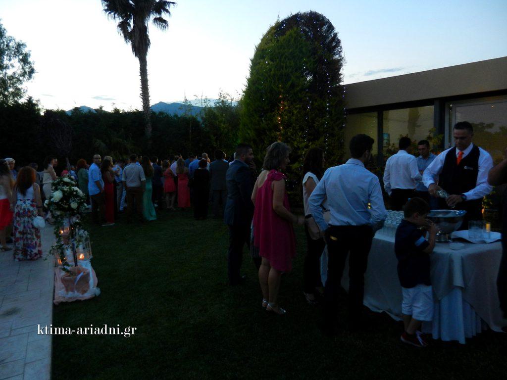Οι καλεσμένοι, σε όλη τη διάρκεια του γάμου, έχουν τη δυνατότητα να ξεδιψάσουν στο stand με το δροσερό νερό που έχουμε πάντα κοντά στην εκκλησία. Το προσωπικό μας, τους εξυπηρετεί πάντα με χαμόγελο