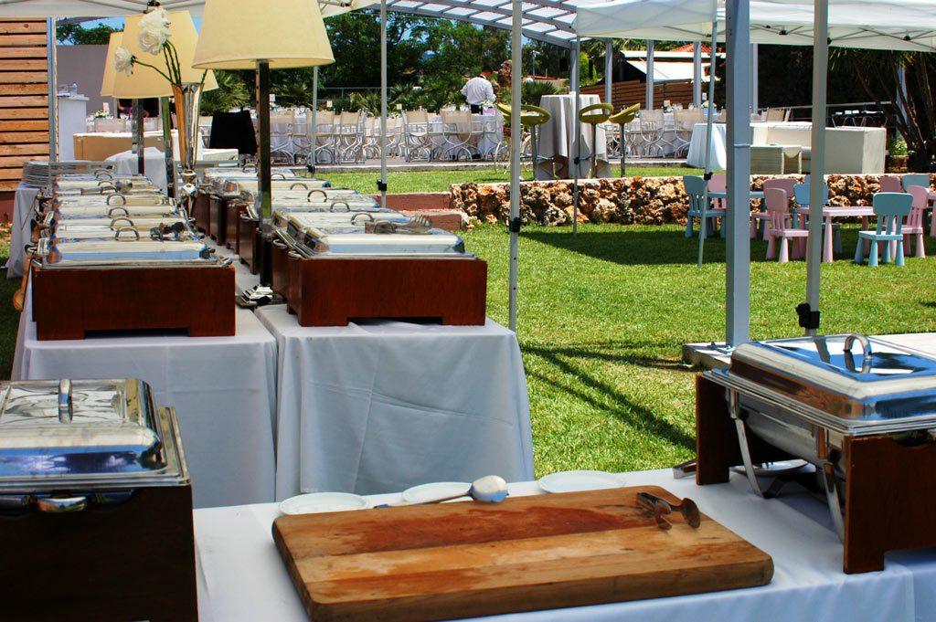 Οι μπουφέδες στήθηκαν στην πλευρά του ξύλινου φράχτη και οι Chef μας προετοιμάζονται για να σερβίρουν τις ωραιότερες γεύσεις, αλλά και για να ετοιμάσουν live ξεχωριστές παρασκευές με ποιοτικά υλικά