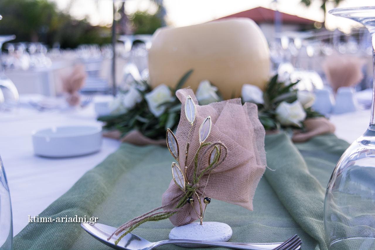 Η μπομπονιέρα του γάμου, στο ίδιο concept, με θέμα την ελιά