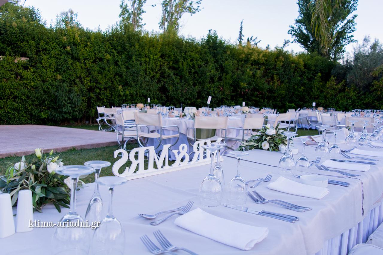 Το γαμήλιο τραπέζι έχει τοποθετηθεί στην πλευρά της πισίνας, ώστε όλοι οι καλεσμένοι να έχουν θέα προς αυτή