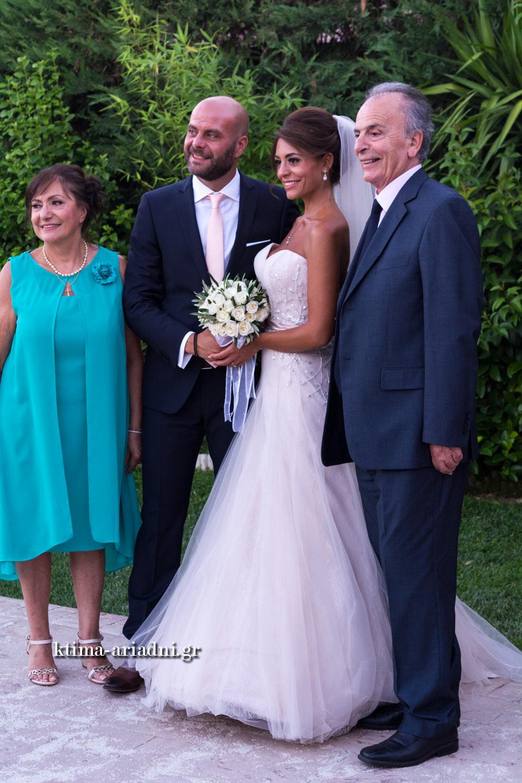 το ζευγάρι φωτογραφίζεται με τους γονείς τους