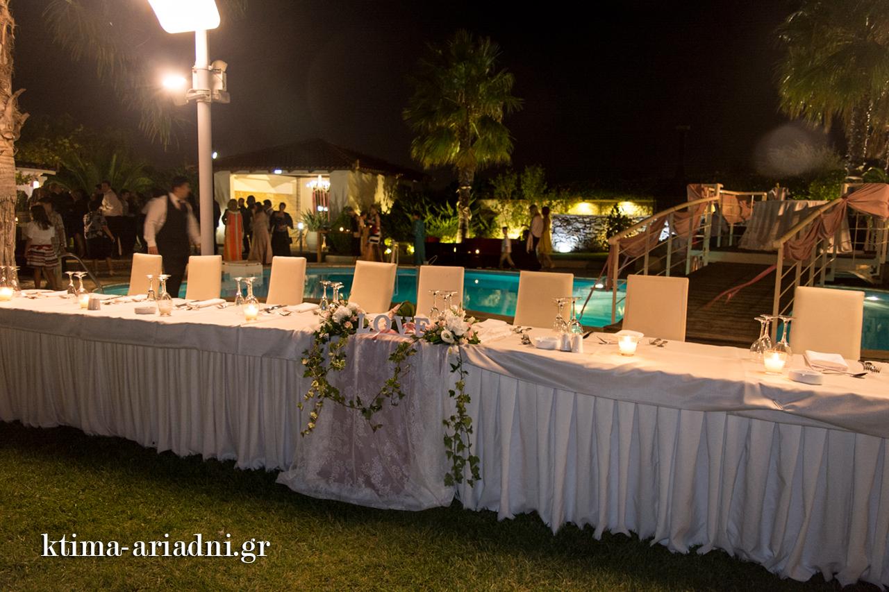 γαμήλιο τραπέζι μπροστά στην πισίνα gamos dexiosi ktima ariadni ekklisaki