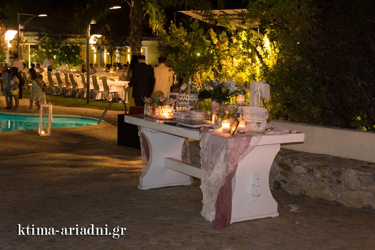 Ρομαντικό στυλ στο τραπέζι ευχών gamos dexiosi ktima ariadni ekklisaki