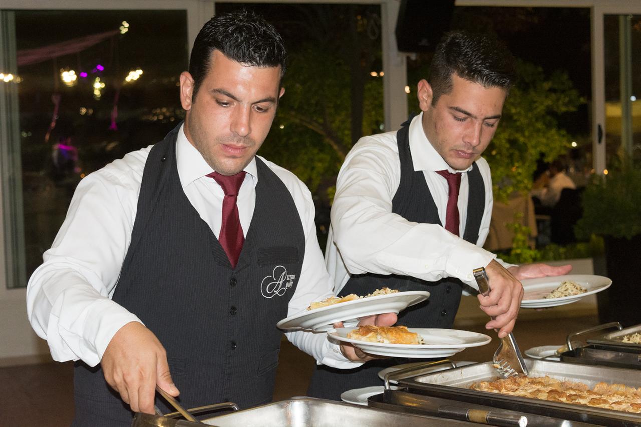 Το προσωπικό μας σερβίρει το νυφικό τραπέζι gamos dexiosi ktima ariadni ekklisaki