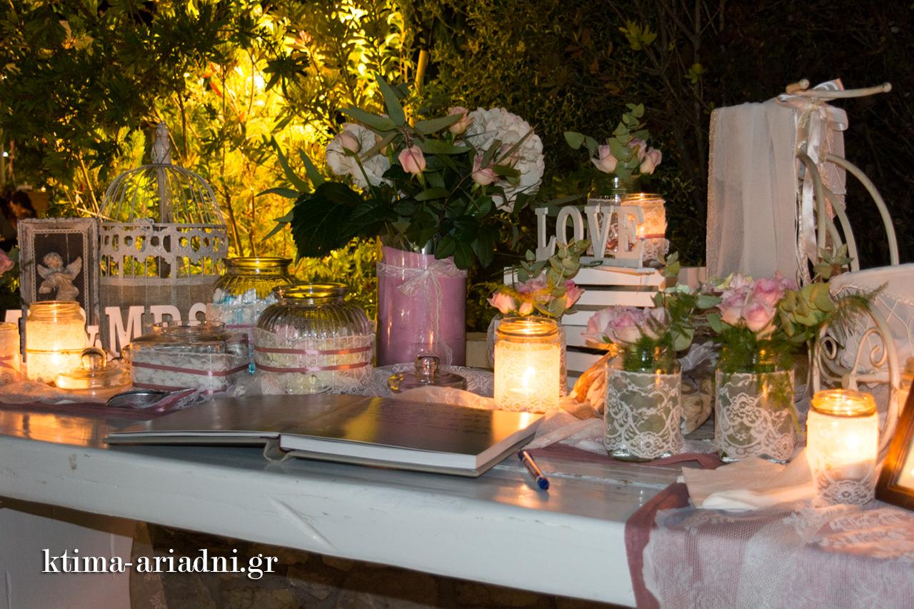 ρομαντικό στυλ με βαζάκια, κεριά, λουλούδια gamos dexiosi ktima ariadni ekklisaki