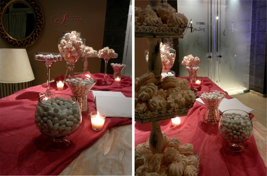 Ρομαντικό ύφος και έντονο χρώμα στο τραπέζι ευχών γάμου έξω από την αίθουσα Φαιστός στο κτήμα Αριάδνη