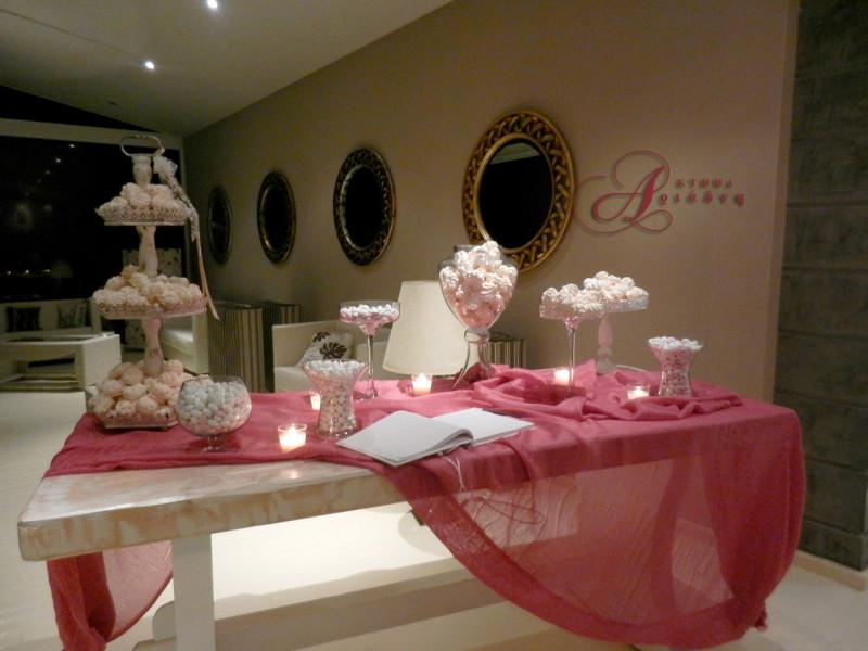 Τραπέζι ευχών σε ρομαντικό στυλ με φούξια χρώμα