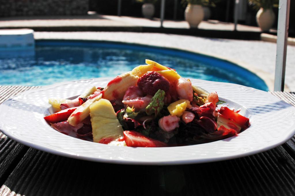 Σαλάτα με πράσινα λαχανικά, τροπικά φρούτα και γαρίδες