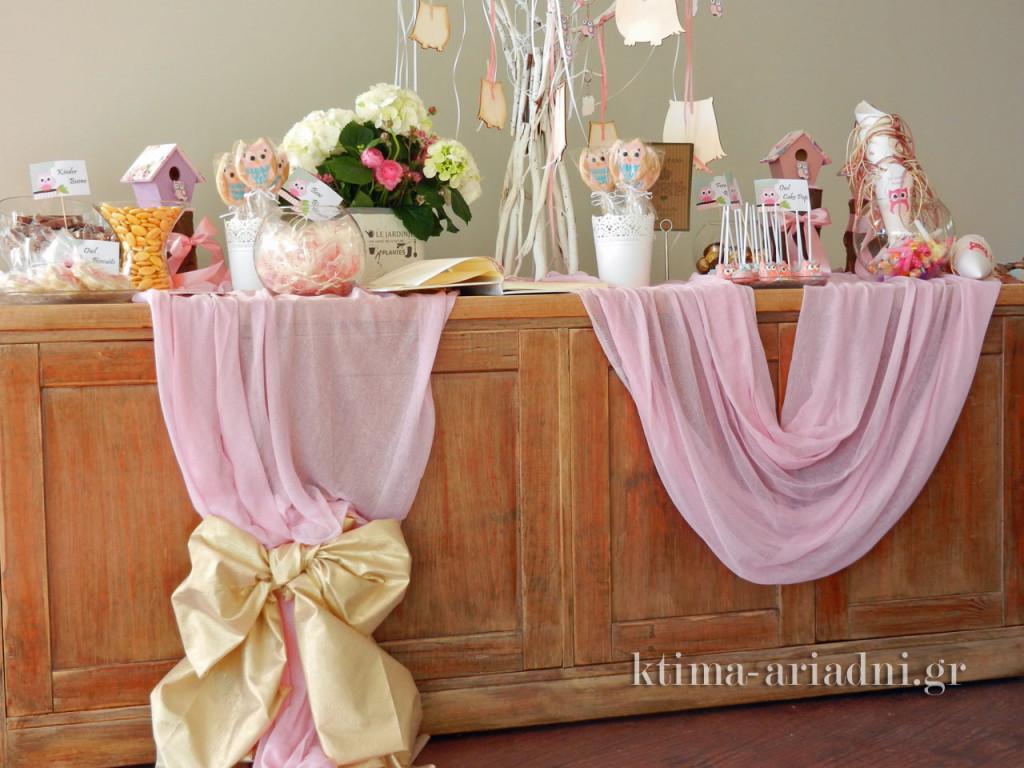 Τραπέζι υποδοχής με γλυκά κεράσματα και το βιβλίο ευχών για κοριτσάκι