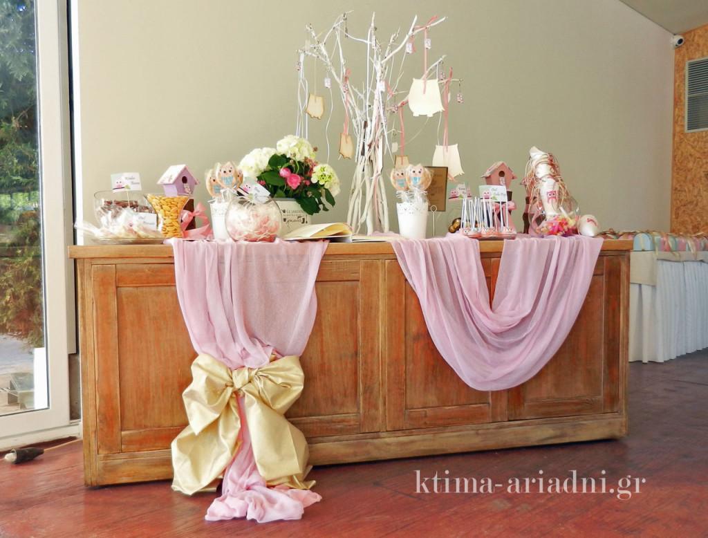 Τραπέζι υποδοχής με γλυκά κεράσματα και το βιβλίο ευχών