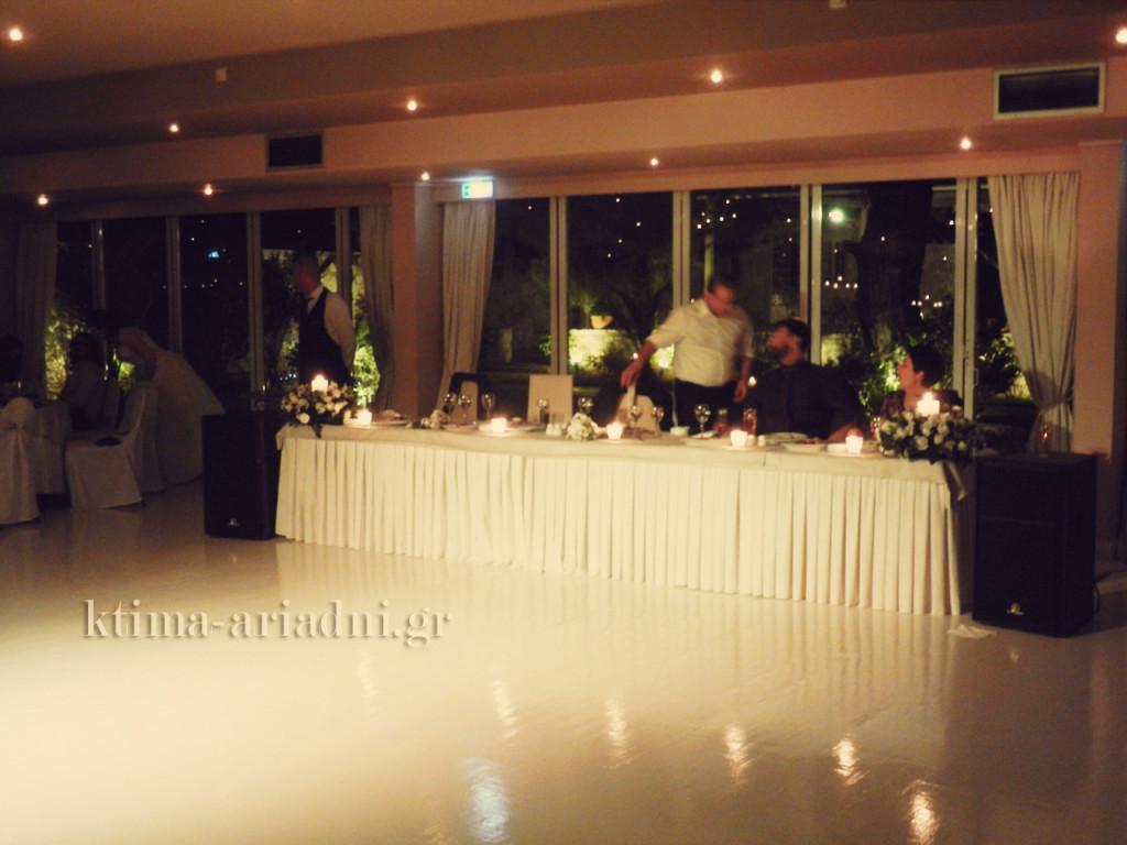 Το νυφικό τραπέζι στη δεξίωση γάμου της Δήμητρας και του Γιάννη που έγινε στην αίθουσα Φαιστός στο κτήμα Αριάδνη