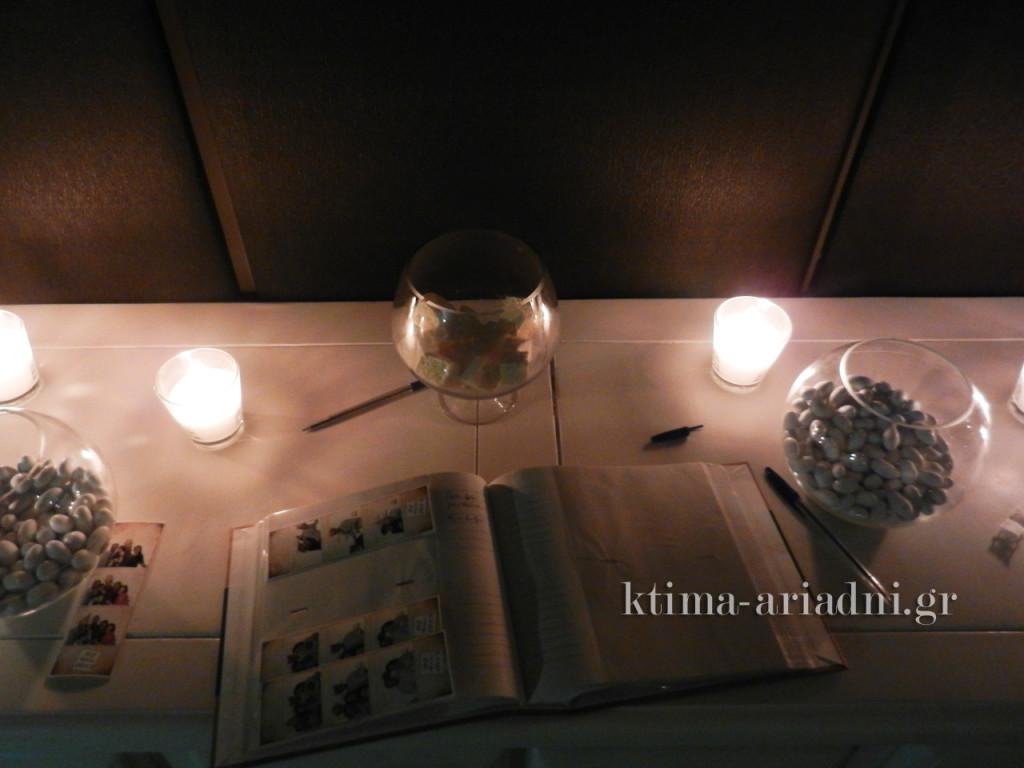 Άποψη από ψηλά του αντικέ λευκού μπουφέ με το βιβλίο - άλμπουμ ευχών